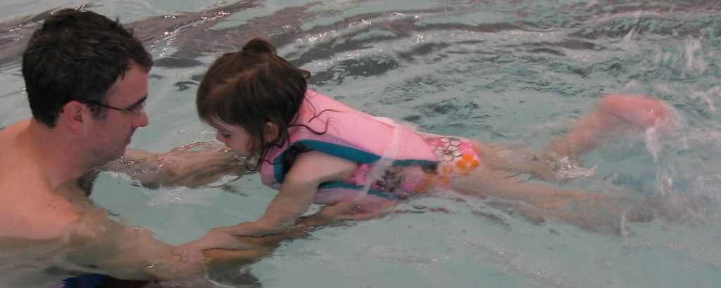 dad swimming pool with daughter