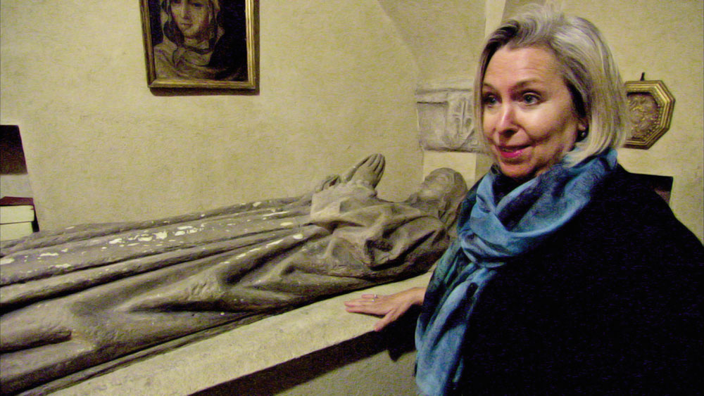 Children-of-the-Inquisition---Segovia-Spain_-Journalist-Doreen-Carvajal-with-a-funeral-sculpture-of-her-15th-great-grandmother-Isabel